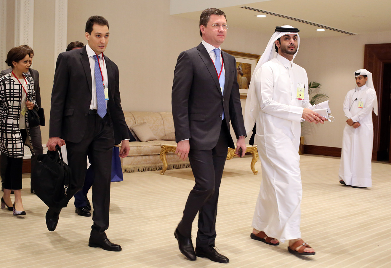 Александр Новак (в центре) в Дохе, 17 апреля 2016 года.
