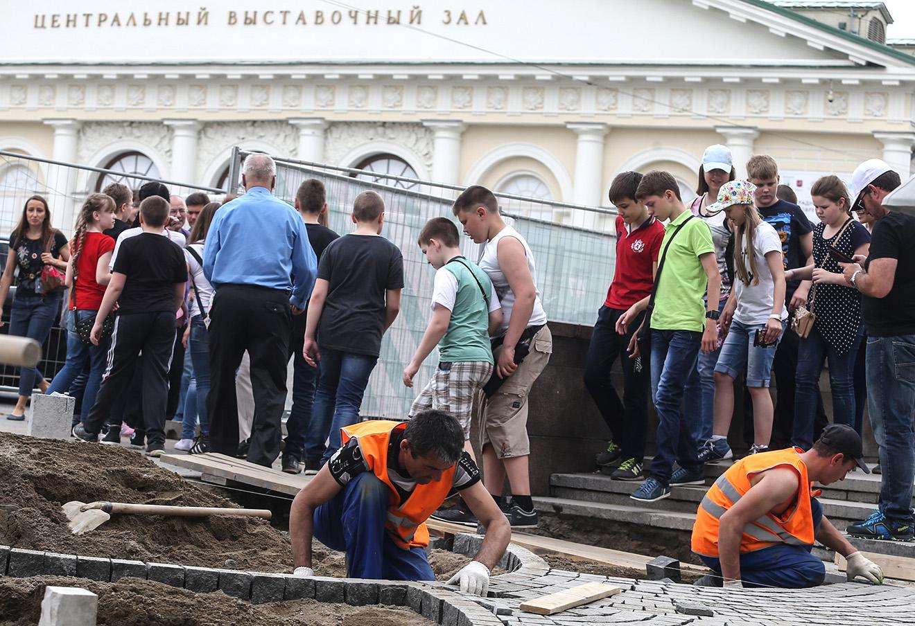 Работы по благоустройству на Моховой улице.