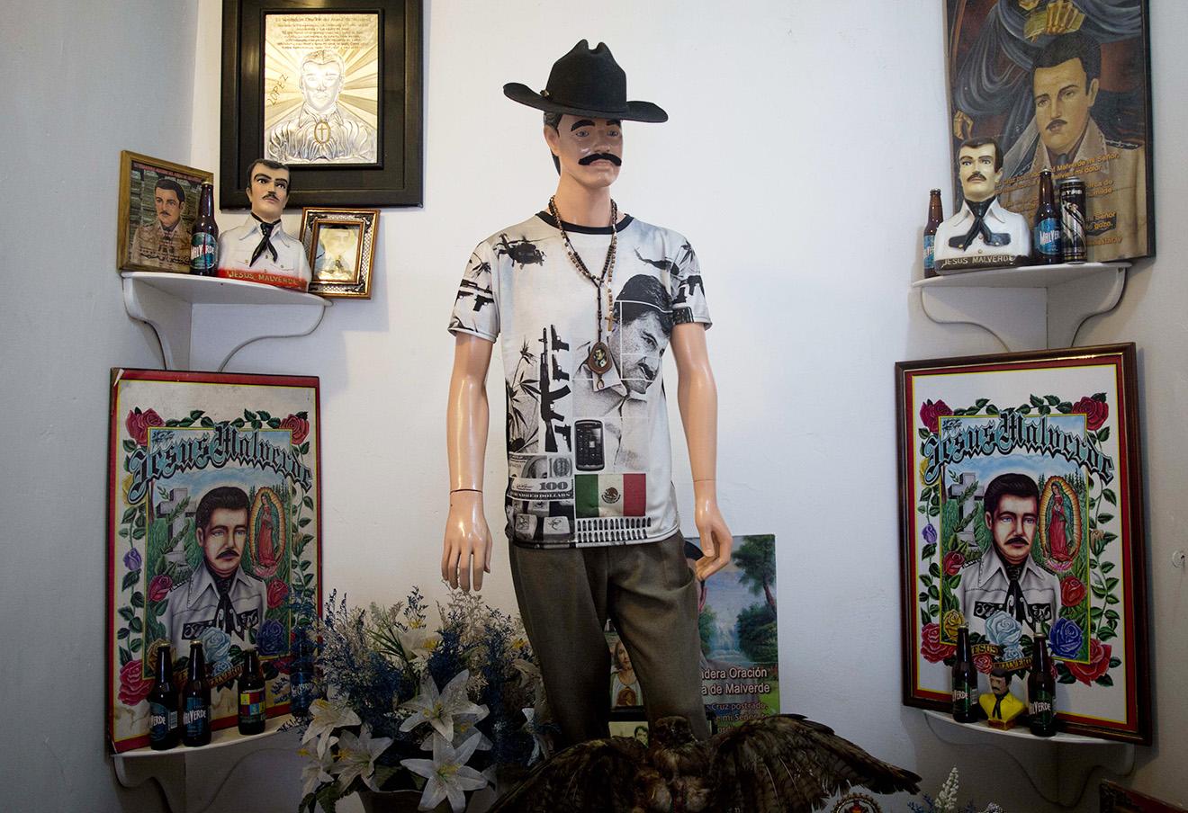 Манекен, изображающий Хесуса Мальверде, известного в Мексике как «святой» наркоторговцев, в церкви. На нем футболка с портретом наркоторговца Эль Чапо.