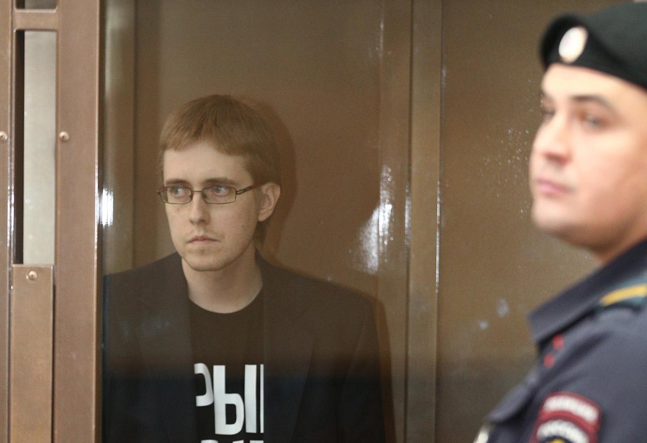 Илья Горячев (слева) перед оглашением приговора в Мосгорсуде.