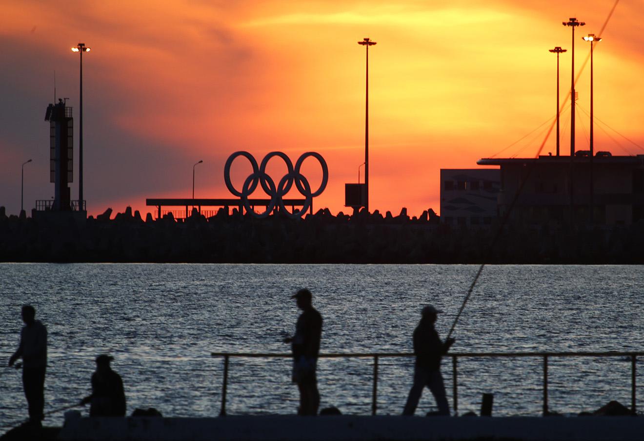 Вид на Олимпийские кольца на набережной Сочи.