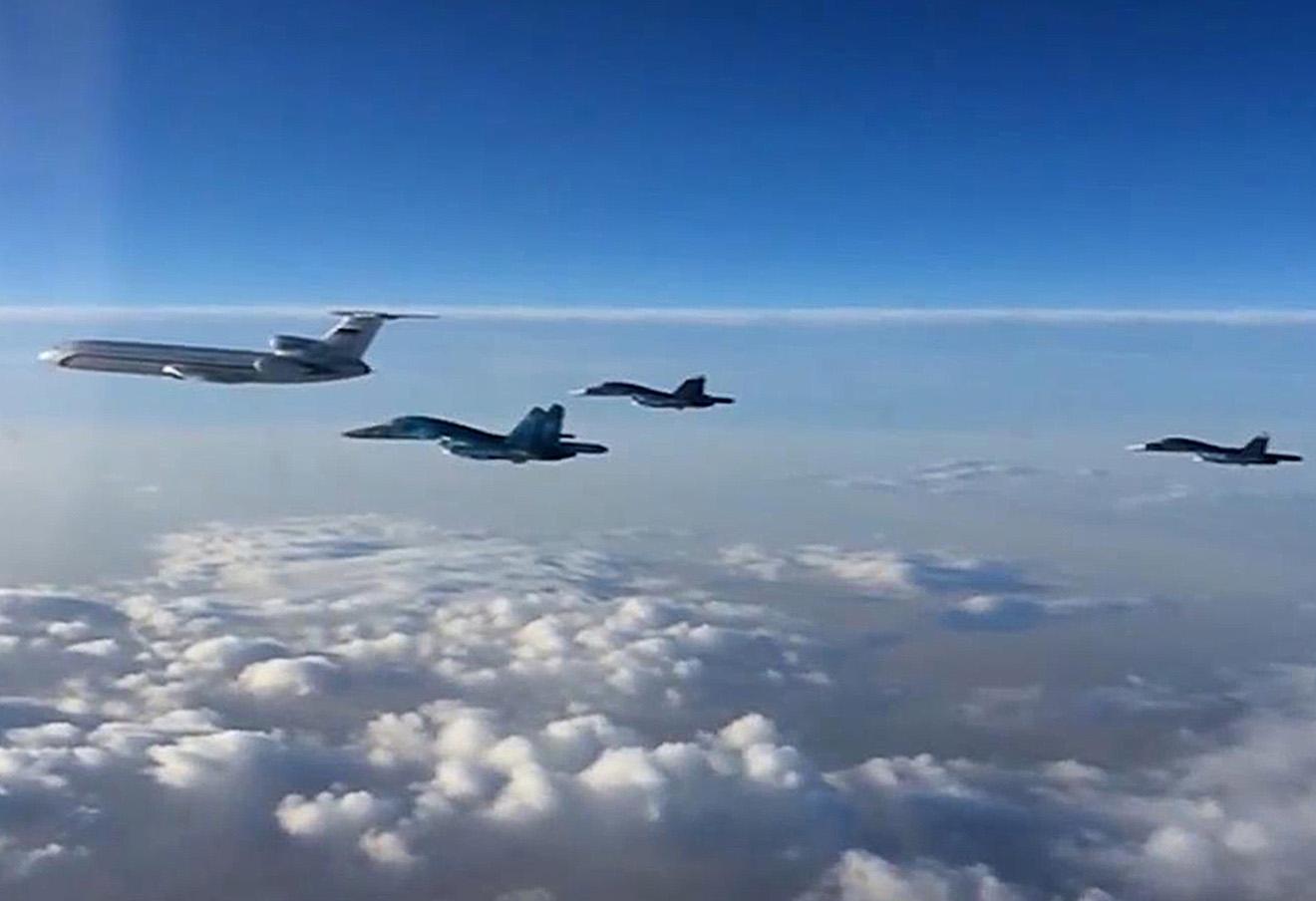 Группа российских самолетов — Ту-154 и многофункциональные бомбардировщики Су-34 — во время перелета с авиабазы Хмеймим в пункты постоянного базирования на территории России, март 2016 года.
