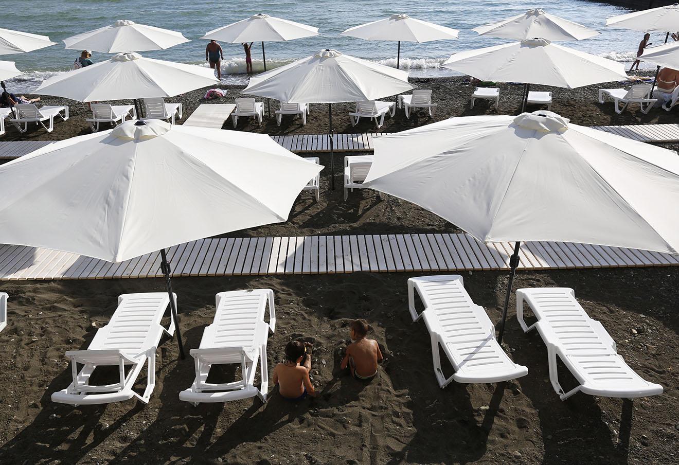 Отдыхающие на центральном пляже Сочи. Фото: Валерий Матыцин / ТАСС