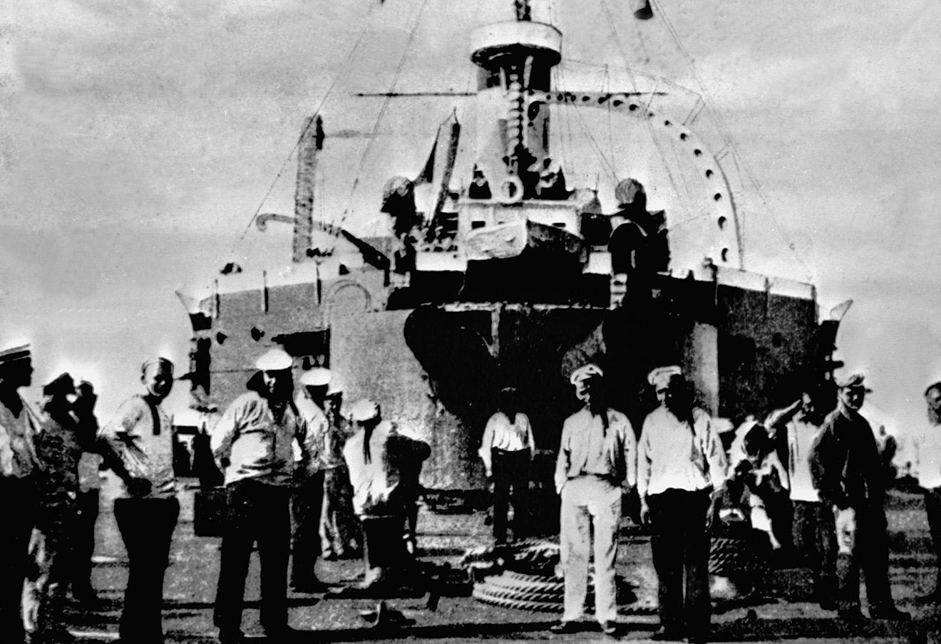 Восставшие матросы на палубе броненосца «Потемкин». Снимок из фондов Центрального архива кинофотодокументов.