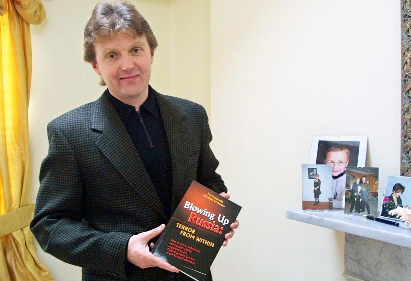 Александр Литвиненко со свой книгой «Взрывая Россию: террор изнутри».