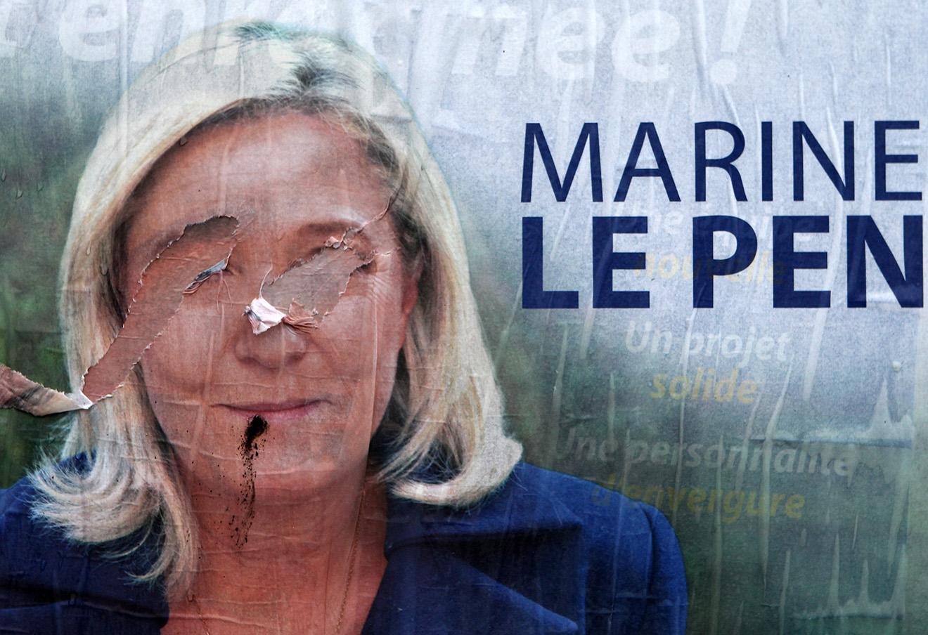 Разорванный плакат лидера французской ультраправой партии Марин Ле Пен. Энен-Бомон, Франция, 2015 год. Фото: Michel Spingler / AP / East News