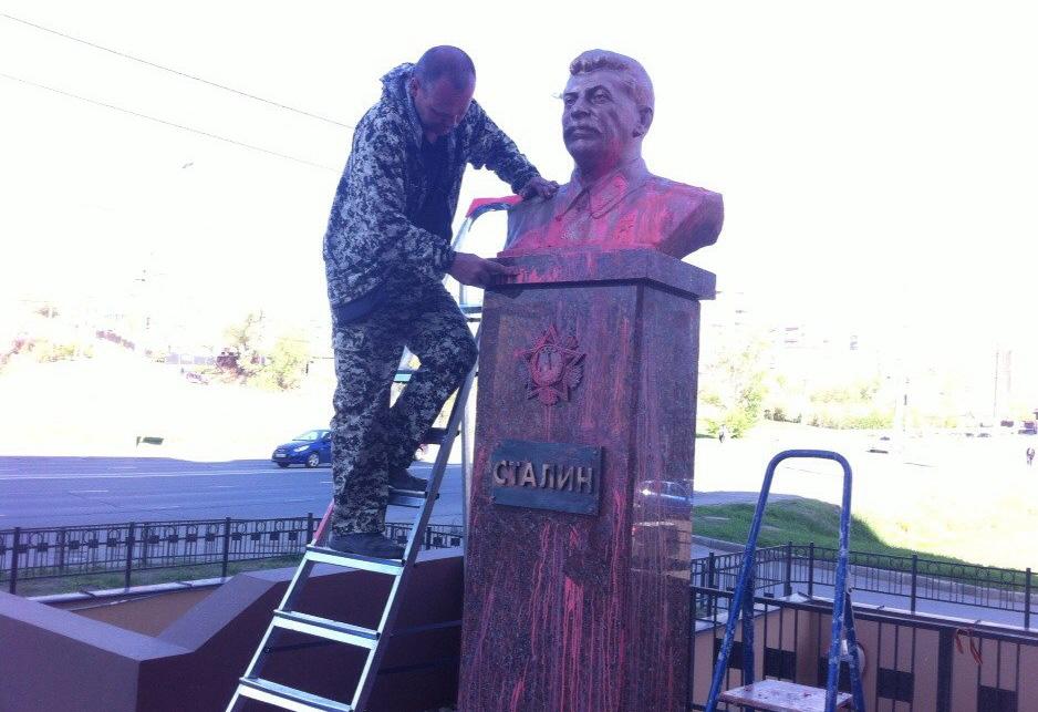 Неизвестные облили памятник Иосифу Сталину в Липецке розовой краской. Фото: lipetskmedia.ru