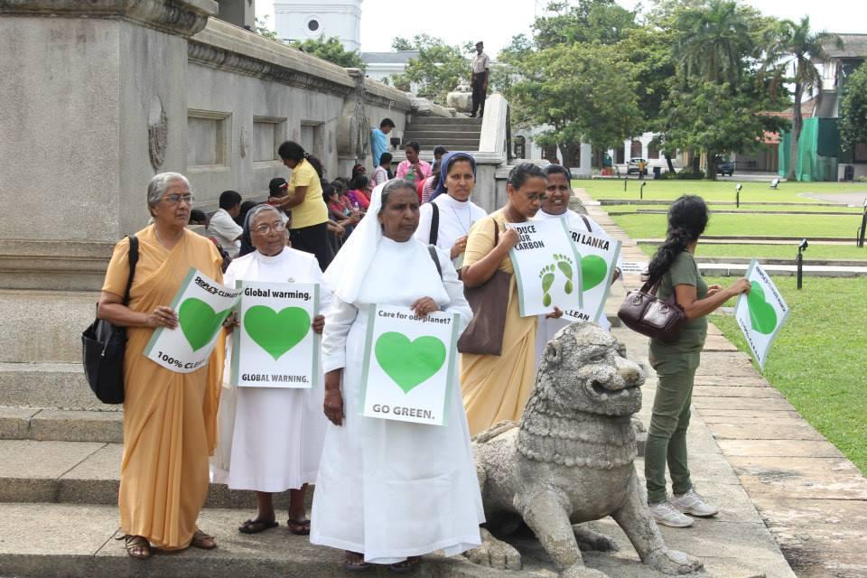 3_NunsWithLion_Colombo_SriLanka_Earthhou